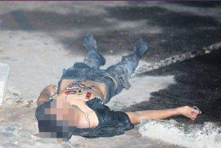 """Sicarios matan a jóvenes y les pegan """"carritos de juguete"""" sobre el estómago"""