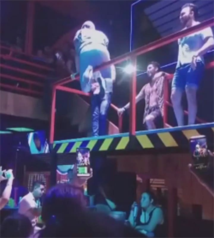 Vídeo: Un borracho intenta bailar como Shakira y termina cayendo de metros de altura
