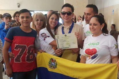 Rufo Chacón, el venezolano que la policía chavista le arrancó los ojos, recibió su título de bachiller