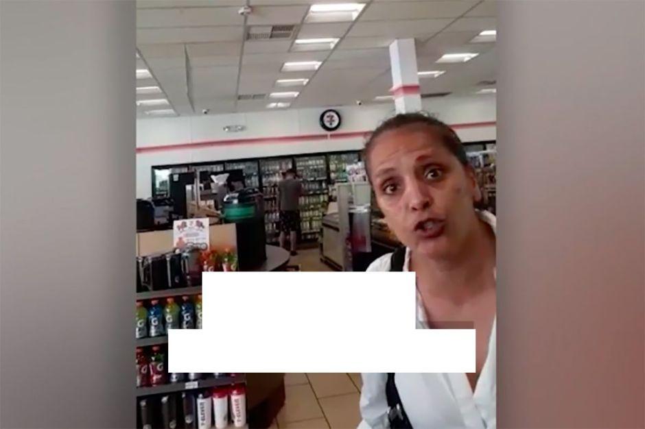 """Una extranjera insulta a un empleado hispano en EEUU por 99 centavos: """"Tu madre es una prostituta colombiana"""""""