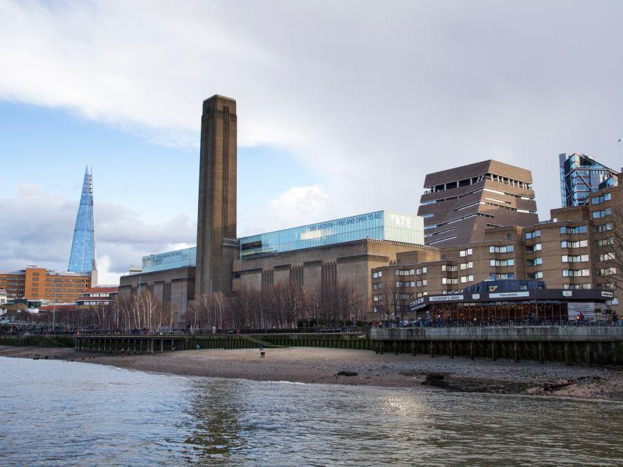 Adolescente arroja a un niño desde la cima de la torre del Tate Modern de Londres