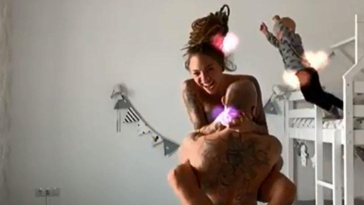 Vídeo: Un bebé salta al vacío mientras sus padres tontean semidesnudos
