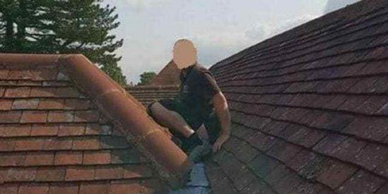 Fotos: Un apretón traiciona a un trabajador encima de un tejado y sucede lo inevitable
