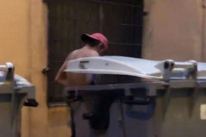 Vídeo: Pillan a una pareja teniendo sexo en pleno día en el corazón de la Barcelona de Ada Colau