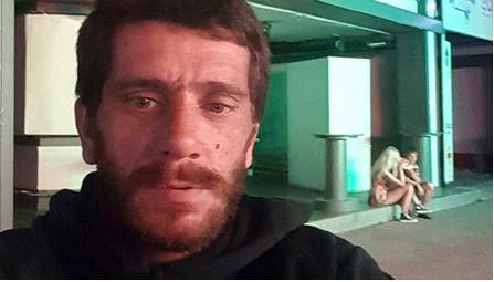 """La """"bestia de Kavos"""", condenado a 52 años por abuso sexual, aprovecha su libertad para tomarse selfies donde cometió los crímenes"""