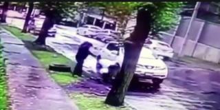 El sicario le pincha una rueda del coche y cuando su mujer pide ayuda para cambiarla, viene y le pega dos balazos en la cabeza
