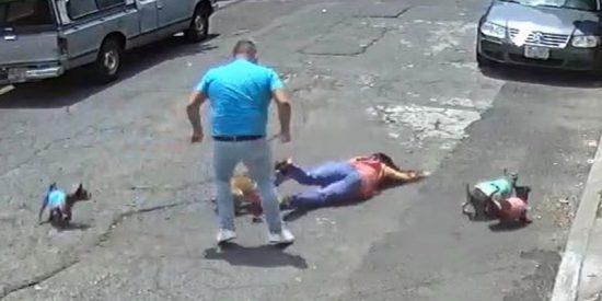Vídeo: El macarra ataca a la chica por pasear con su perro cerca de él