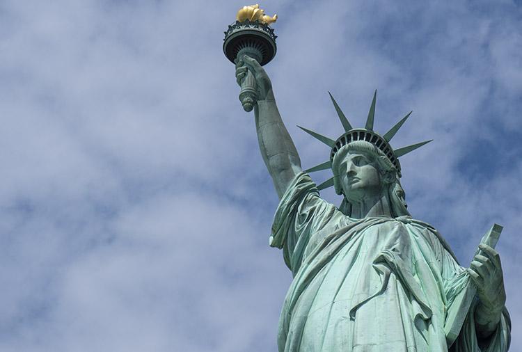 Un excéntrico millonario australiano ancla su yate frente a la Estatua de la Libertad