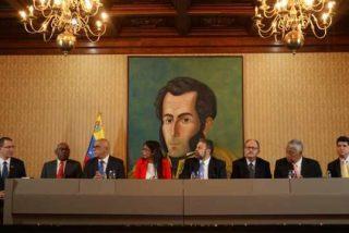 """El patético 'show' del chavismo: Monta el paripé de un acuerdo con la """"oposición"""", cuando sólo eran cuatro bolivarianos disfrazados"""
