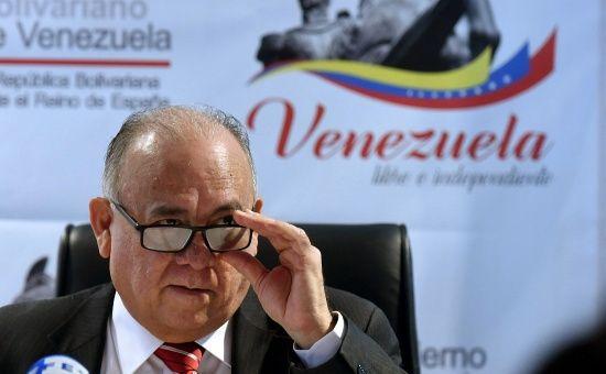 Una endeudada embajada chavista paga a sus altos funcionarios y 'amiguetes' de IU, pero no da ni un euro a sus empleados