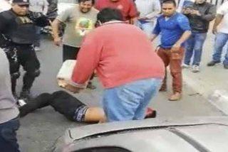 ¡HORROR!: Queman vivo a un hombre al que acusaban de delincuente en plena calle [imágenes sensibles]