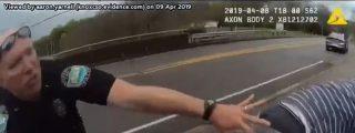 El dramático instante en que el policía agarra en el aire al suicida que se tira del puente