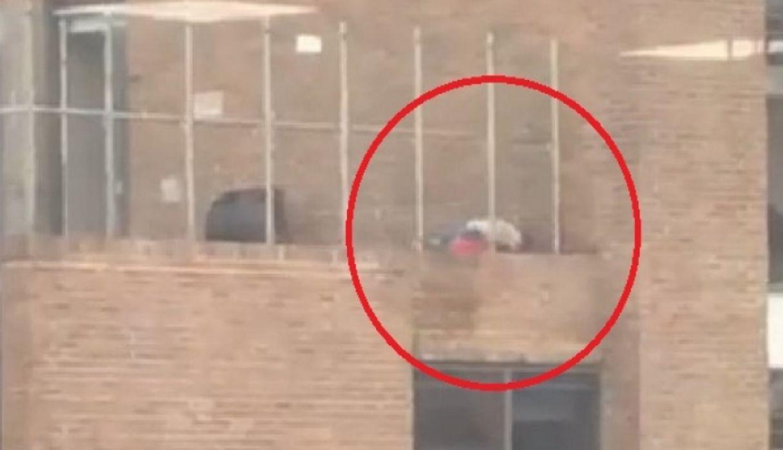 Una pareja ebria desata sus bajas pasiones en una terraza y mueren tras caer al vacío