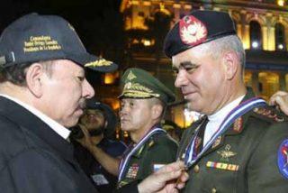 ¿Reconocimiento criminal?: El régimen de Daniel Ortega le dio una medallita a Vladimir Padrino