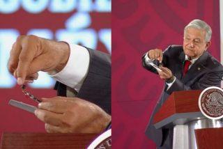 """López Obrador se suma a la tendencia de las teorías conspiratorias de la izquierda: muestra la cámara con lo """"espiaban"""" en el Palacio Nacional"""