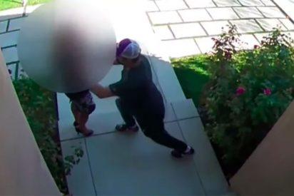 Vídeo: Una agente de bienes raíces es golpeada y manoseada por un cliente 'salido'