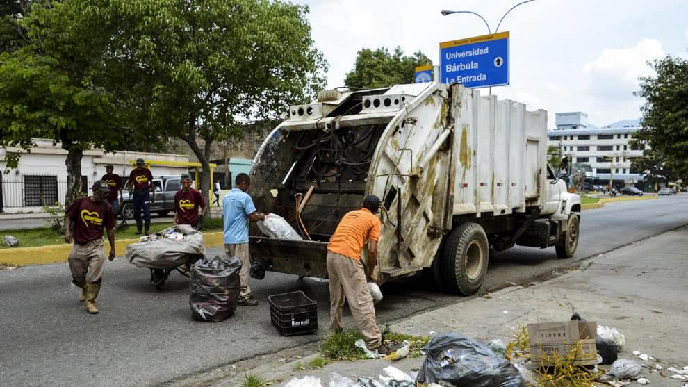 Camiones de basura como ambulancia: El vídeo de la 'revolución chavista' que defienden Pablo Iglesias y Zapatero