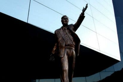 Hartos de la corrupción socialista: Arrancan la estatua de Néstor Kirchner de la sede de Unasur
