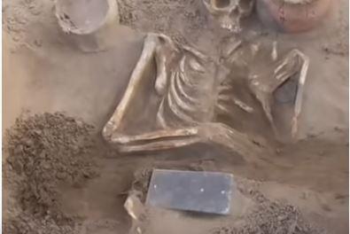 El extraño 'iPhone' que encontraron los arqueólogos en un cuerpo de más de 2.100 años