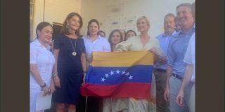 ¿Ivanka Trump anuncia ya la caída del chavismo?: Posa con una bandera de siete estrellas en su reunión con el exilio venezolano en Colombia