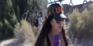 Vídeo: Una escotada mexicana acosa a los inmigrantes ilegales que llegan a EEUU