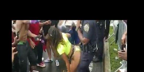 Vídeo: Le hacen twerking a policías de Nueva York durante un desfile
