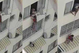 Sin bomberos ni policía: una madre se arroja por la ventana a rescatar a su hija de la muerte en la Venezuela chavista