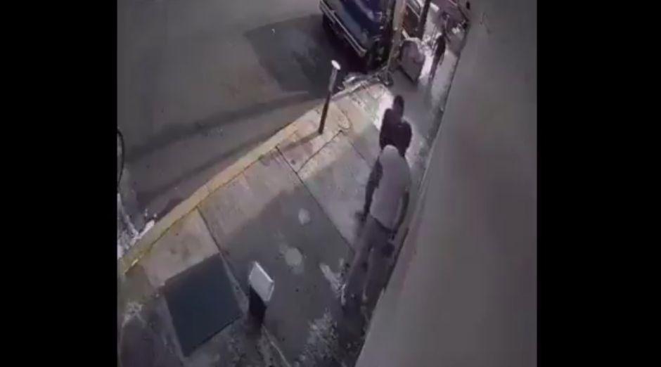 Vídeo: Apuñala a un joven para quitarle el móvil, pero al no gustarle el modelo lo rompe contra el suelo