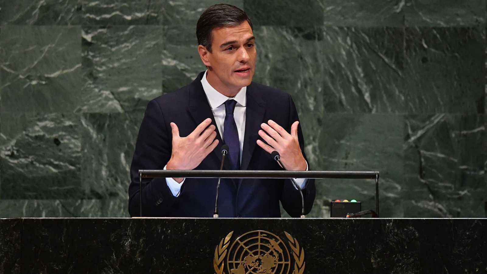 Un cobarde Pedro Sánchez se hace el gallito con los 'indepes' en el 'Washington Post' tras pasar por 'gallina' en España