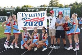 Un grupo de 'cheerleaders' animan a Donald Trump y terminan sancionadas