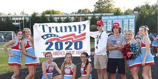Un grupo de 'cheerleaders' animan a Donald Trump y terminan sancionadas
