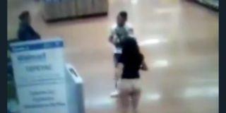 Vídeo: Una mujer se queda en 'pelotas' para demostrar que no había robado en un Walmart