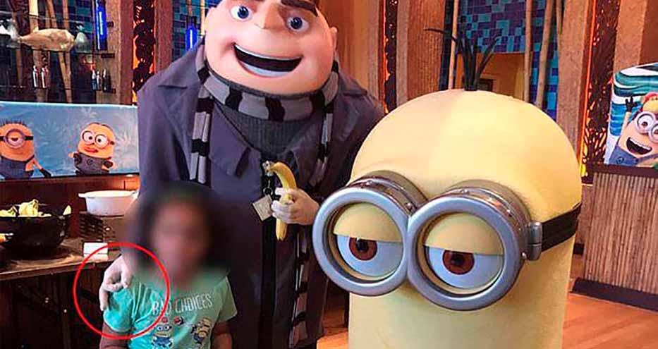 El lamentable gesto racista de un actor arruina la visita de una niña y su familia al parque de Universal Studios