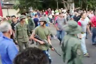 ¡A puro plomo!: El enfrentamiento entre los militares y paramilitares chavistas por el control de un camión lleno de combustible
