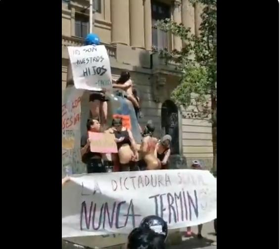Desnudos y juguetes sexuales a todo meter: El vídeo que demuestra el bajo nivel de las grotescas manifestaciones en Santiago de Chile