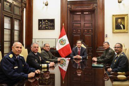 Perú: Los jefes de las Fuerzas Armadas y de la Policía respaldan la disolución del Congreso