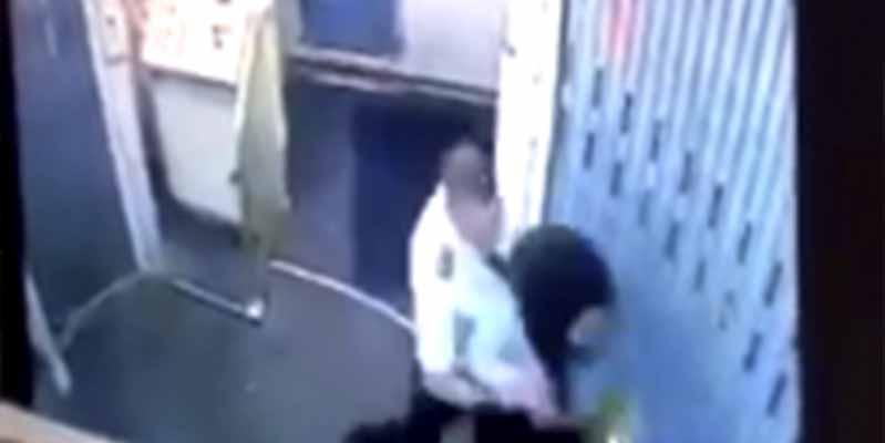 Vídeo: Un miembro de la tripulación de Republic Airlines propina dos puñetazos bestiales a su compañera