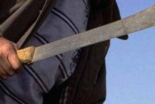 ¡Escalofriante!: Asesina a un hombre a machetazos y le corta los brazos a una mujer embarazada