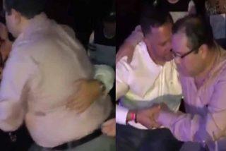 """""""Pa fuera como la basura"""": Así expulsan a un juez chavista borracho como una cuba de un teatro en Miami... y tomando  Jhonnie Blue Label"""
