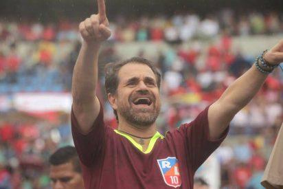 """""""Fuera coñ* e' tu madre"""": Abucheado y humillado expulsan a un gobernador chavista de un partido de fútbol"""
