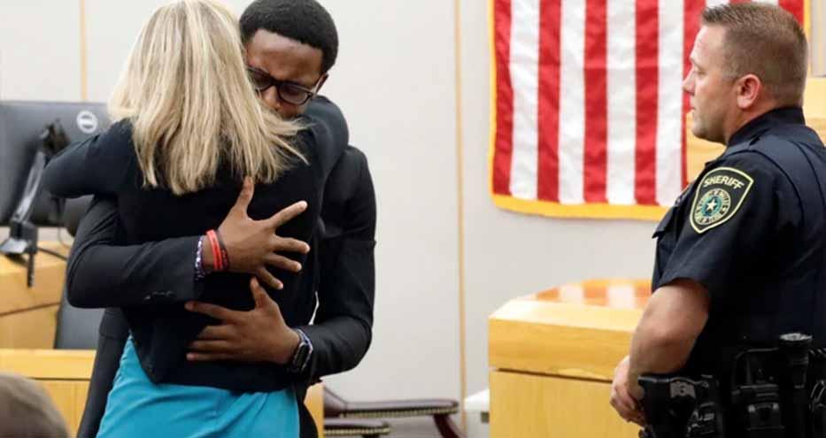 El perdón de un hombre a la expolicía que asesinó a su hermano y el mensaje que conmueve a Estados Unidos