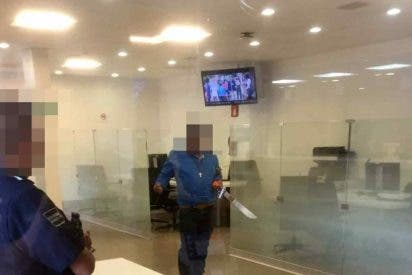 Entra a un banco armado con explosivos y un machete para hablar con el presidente AMLO