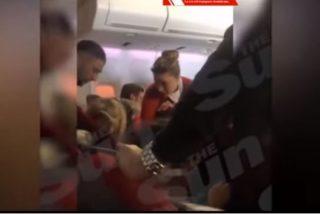 Vídeo: Azafata pilla in fraganti a una pareja teniendo sexo oral en pleno vuelo