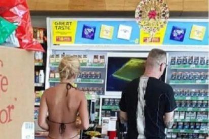Compra en 'micro bikini' en el supermercado y indigna al resto de clientes