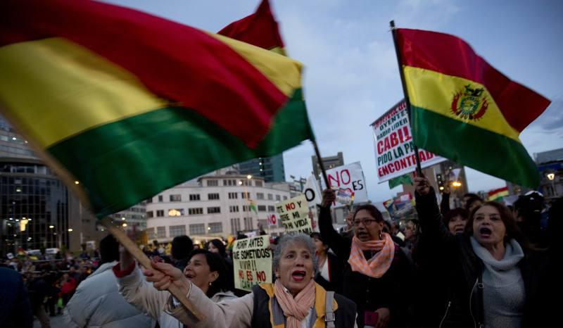 Bolivianos 'asaltarán' la Plaza de Callao para protestar contra el fraude electoral de Evo Morales