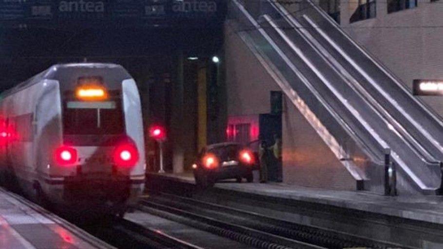 """Conduce por la vía del tren hasta la estación por un """"ligero despiste"""""""