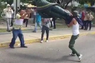 Vídeo: Los opositores a Evo Morales derrumban la estatua del dictador Hugo Chávez en Bolivia