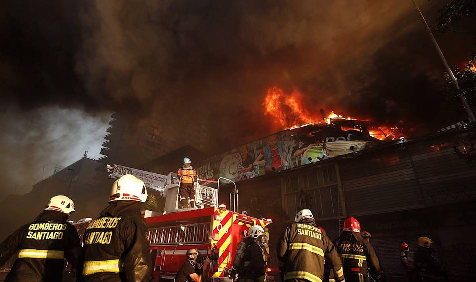 Chile se consume en llamas: Los violentos que luchan contra Piñera llenan de incendios y fuertes disturbios a la capital