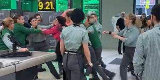 Vídeo: La pillan robando en un supermercado y decide golpear salvajemente a los trabajadores