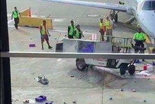 Vídeo: Un coche pierde el control en una pista de aterrizaje y un operador se convierte en héroe al salvar la situación